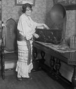 Женщина с радио
