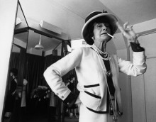 Коко Шанель, курящая в раздевалке - Киркленд, Дуглас