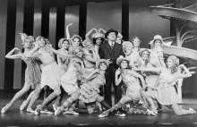 """Роберт Престон с хором женщин в """"Мак и Мэйбл"""""""