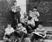 Мальчики во время чтения комиксов
