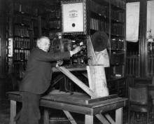 Томас Эдисон, вместе с первым  кинопроектором