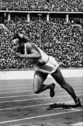 Джесси Оуэнс ставит мировой рекорд по прыжкам в длину