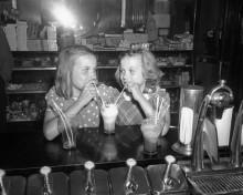 Девочки с молочным коктейлем