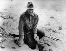 Рой Чепмен Эндрюс держит яйца динозавров
