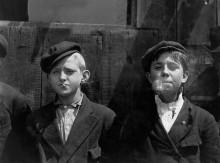 Курящие разносчики газет - Викс, Льюис Хайн