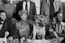 Джордж Форман на пресс-конференции со своей собакой