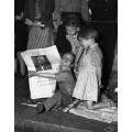 Дети ,собравшиеся вокруг газеты