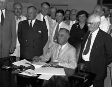 Президент Рузвельт подписывает Закон о социальном обеспечении