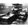 Мужчины  испытывают  прицеп трамвая для зимы