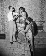 Жак-Ив Кусто демонстрирует свои  изобретения