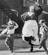 Монахиня танцует с детьми