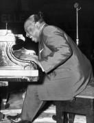 Каунт Бейси играет на пианино