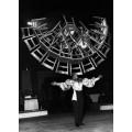 Цирковой артист Фред Лони балансирует с 22 стульями