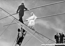 Французский жених и невеста на высоких проводах получают благословение