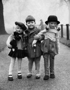 Ребенок с двумя куклами