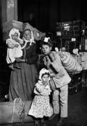 Прибытие итальянских иммигрантов  на Эллис-Айленд