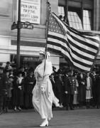 Женщина, идущая в избирательный  парад