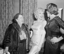 Фуршет в доме адвокат Фрэнк Делани. Слева направо; Эльза Максвелл, Мэрилин Монро и миссис Фрэнк Делани