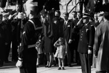 Семья Кеннеди с Джоном младшим отдают честь гробу отца