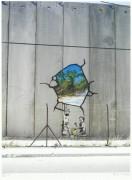 Фото в Палестине (Мальчик с лопаткой) - Бэнкси