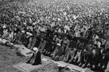 Толпа мусульман молится
