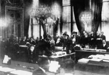 Жорж Клемансо подписывает Версальский договор
