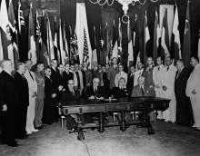 Президент США Франклин Д. Рузвельт с  представителями союзных стран