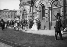 Николай II и царица пешком от церкви