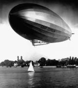 Граф Цеппелин летит низко возле яхты