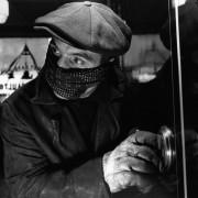 Человек в маске вскрывает сейф - Гендро, Филипп