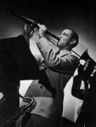 Бенни Гудмен играет на кларнете