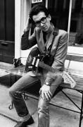 Элвис Костелло с гитарой