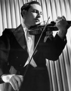Исаак Стерн играет на скрипке