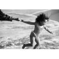 Девочка, держащая за руку маму - Паннелл,Тим