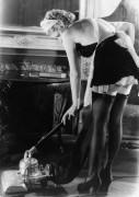 Женщина  с пылесосом в униформе французской горничной