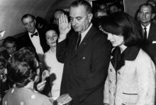 Линдон Б. Джонсон Принимает президентскую присягу - Стоугтон, Сесиль