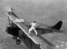 Сорвиголовы играют в теннис на биплане