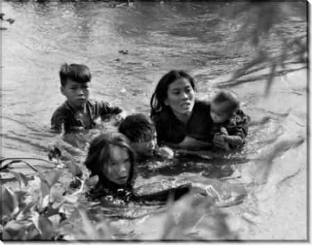 Вьетнамская мать со своими детьми спасается от бомбардировки села