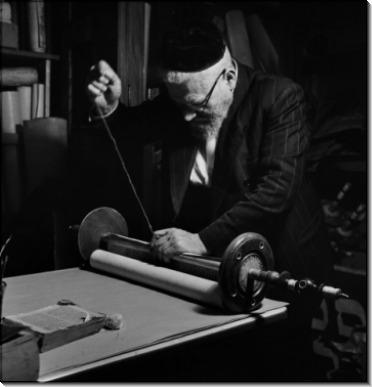 Человек сшивающий торы