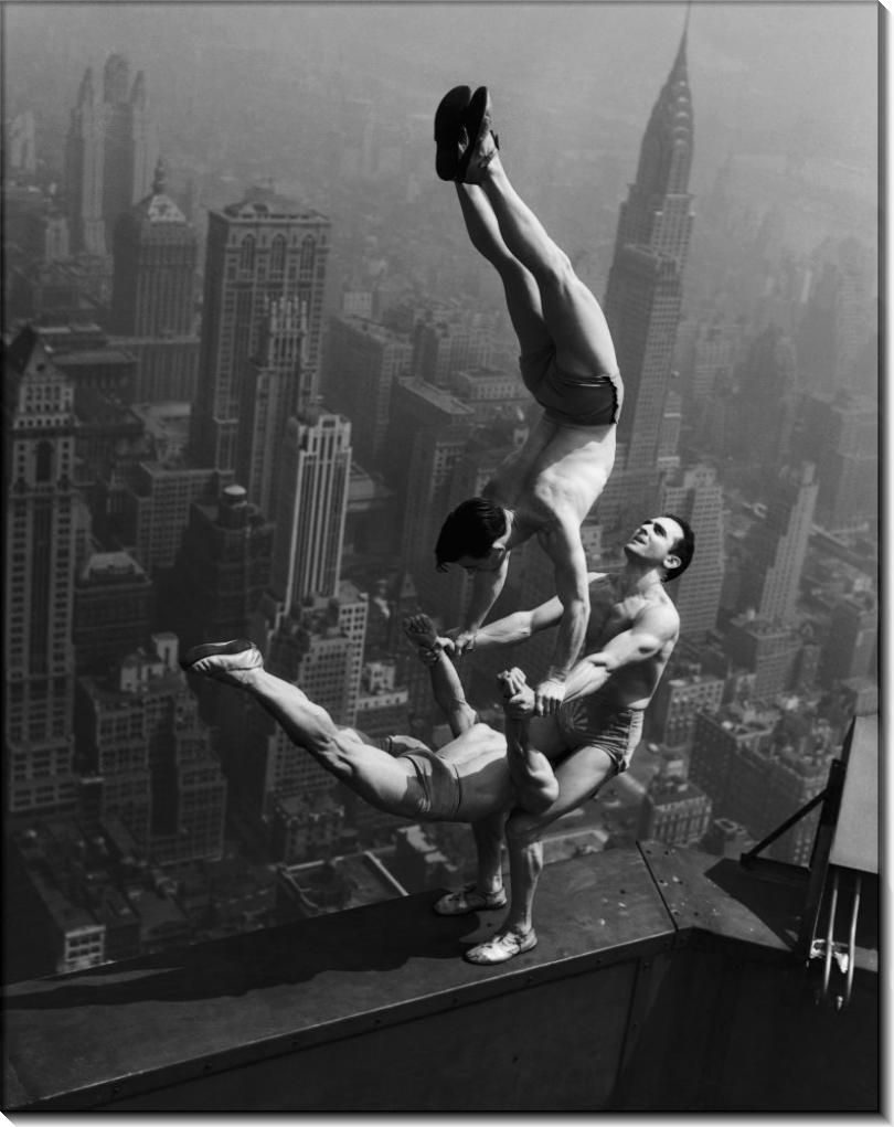 Акробаты выступают на Эмпайр Стейт Билдинг