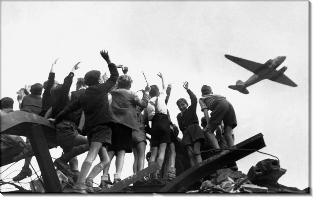 Берлинские  дети приветствуют самолет