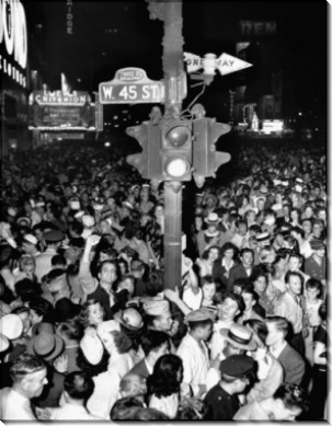 Толпа  на Таймс-сквер во время объявления окончания войны с Японией