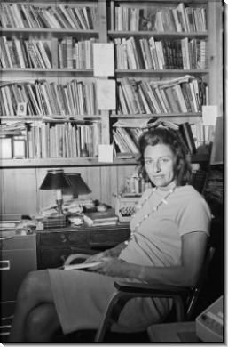 Анна Секстон в ее библиотеке
