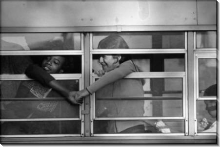 Рукопожатие студенток