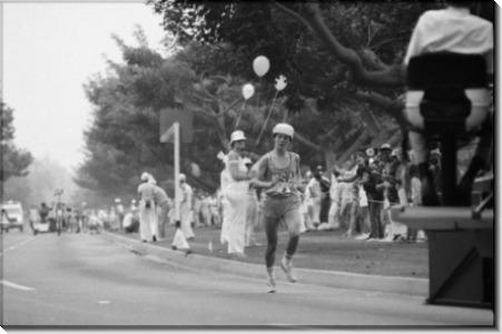Джоан Бенуа бежит  первый женский олимпийский марафон