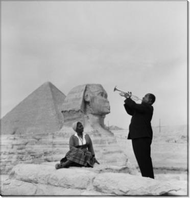 Джазовый трубач Луи Армстронг играет для  жены в Гизе