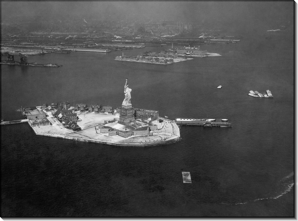 Вид с воздуха на Статую Свободы, остров Эллис