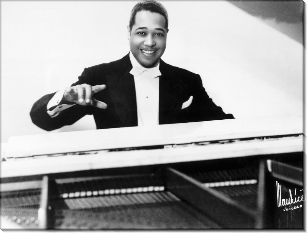 Дюк Эллингтон играет на пианино