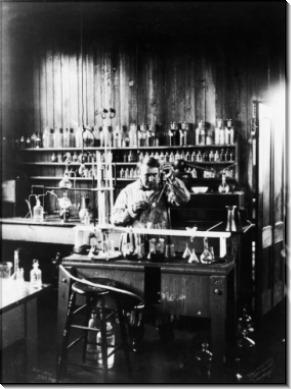 Томас Эдисон в лаборатории