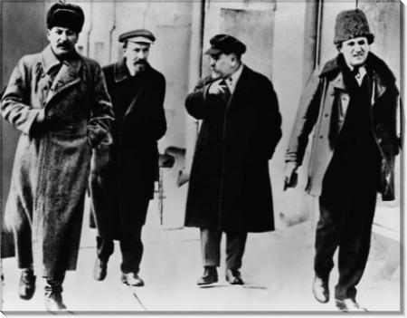Приемники Ленина (слева направо: Иосиф Сталин, Алексей Рыков, Лев Каменев и Григорий Зиновьев)  на набережной